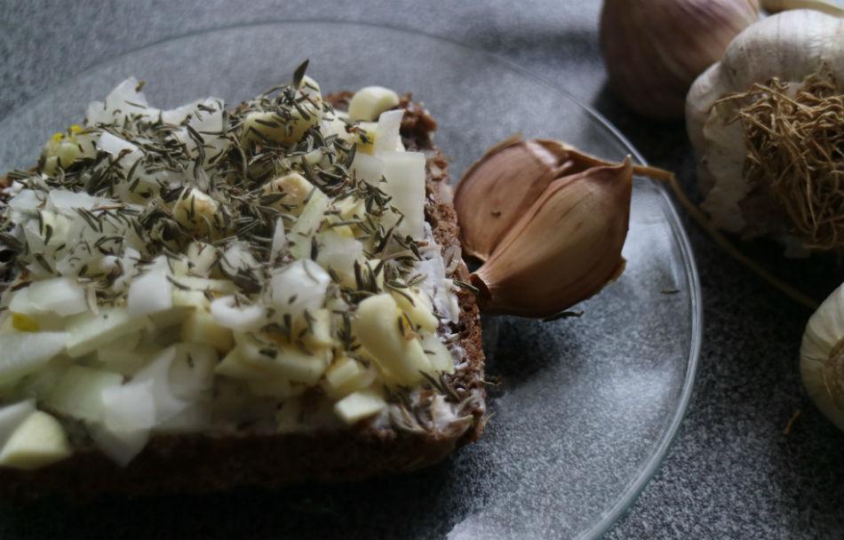 Chleb z czosnkiem, cebulą i tymiankiem na zapalenie płuc (przepis w tekście)