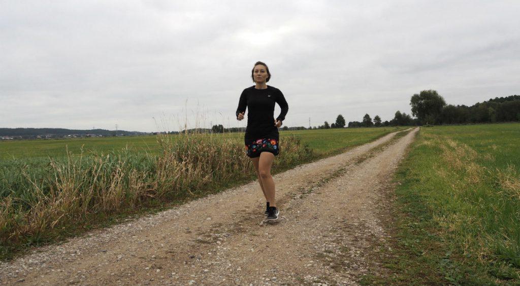 Spódniczka biegowa Polka Sport Irena Łowicka Czarna z krótkimi spodenkami i folkowym motywem
