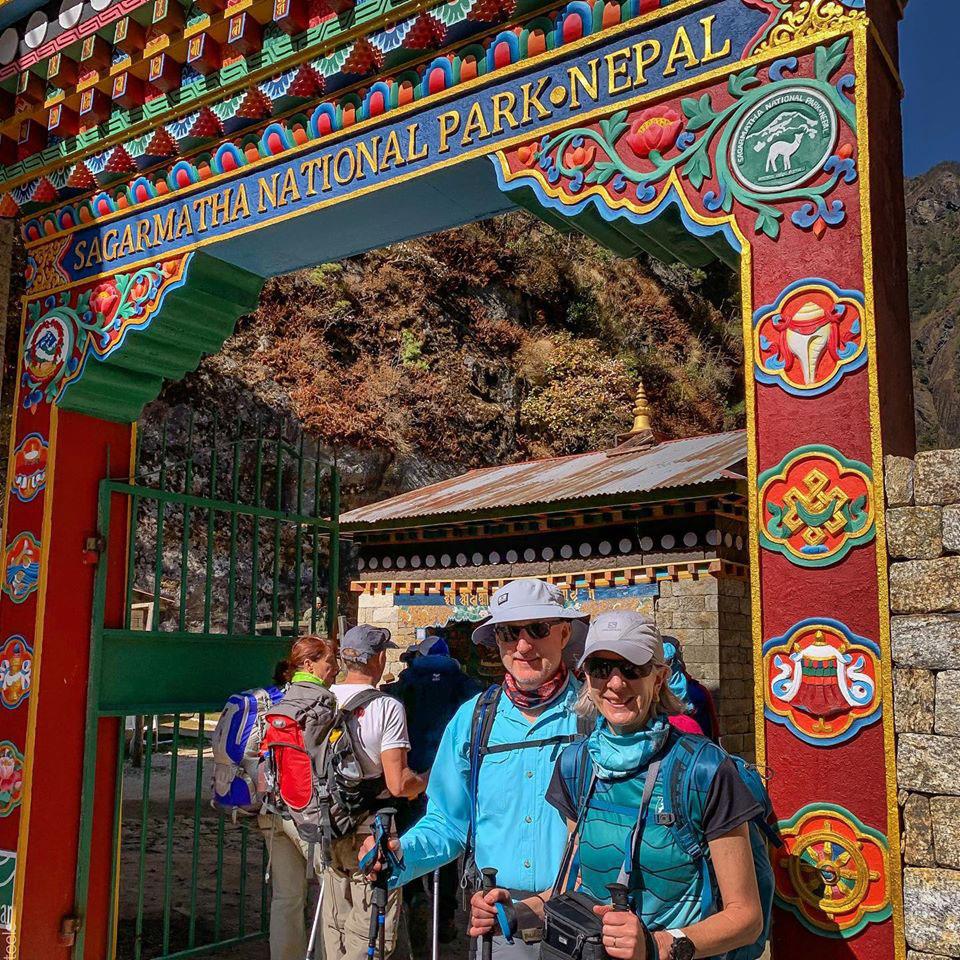 Zdjęcie 3 - Julie i Bruce przy wejściu do Parku Narodowego Sagamartha