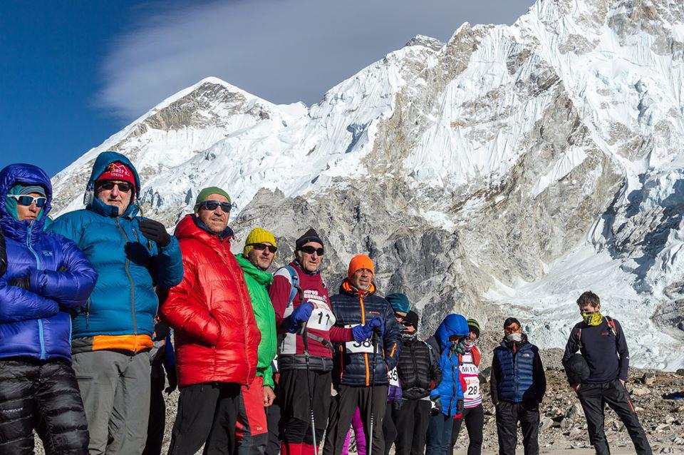 Zdjęcie 8 b - Adam Prentis przygotowuje się mentalnie na następny dzień (pod ogromną zachodnią ścianą  Nuptse) – Prawa autorskie: Keith MacIntosh (fotograf)/ Original Everest Marathon 2019