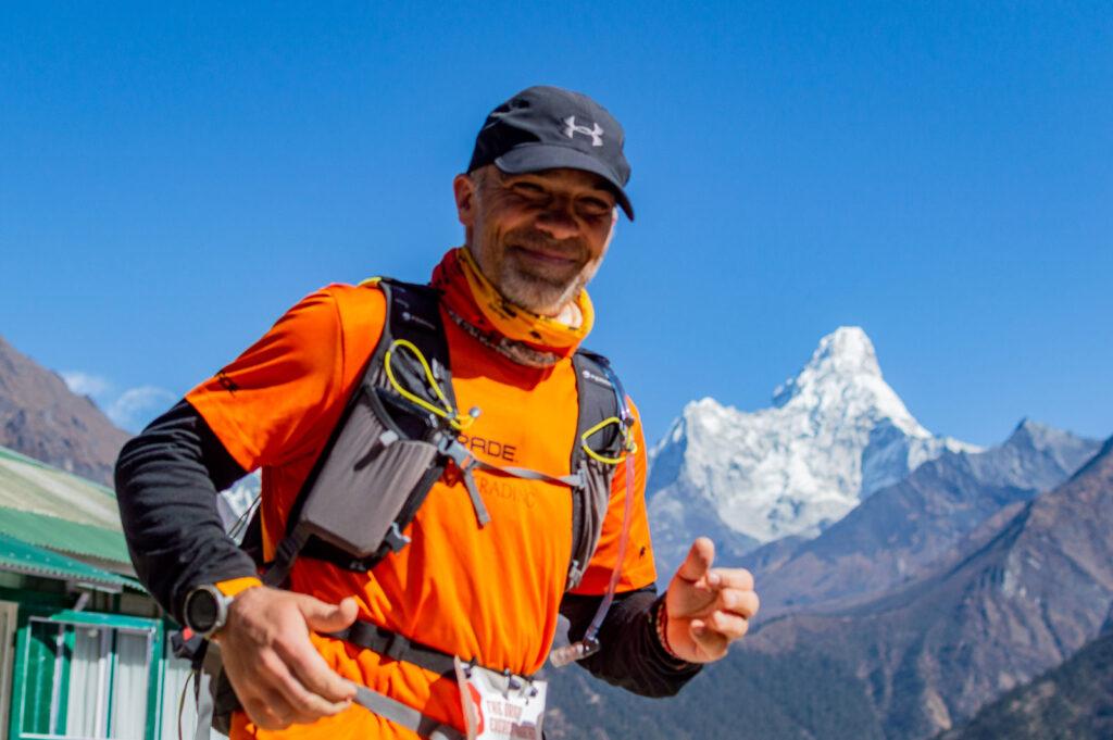 Zdjęcie 9 - Tomek biegnący maraton (w tle Ama Dablam) - Keith