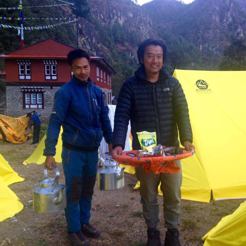 Zdjęcie 11 – Poranna herbata w obozie serwowana przez Sanila i Nimę – Julie