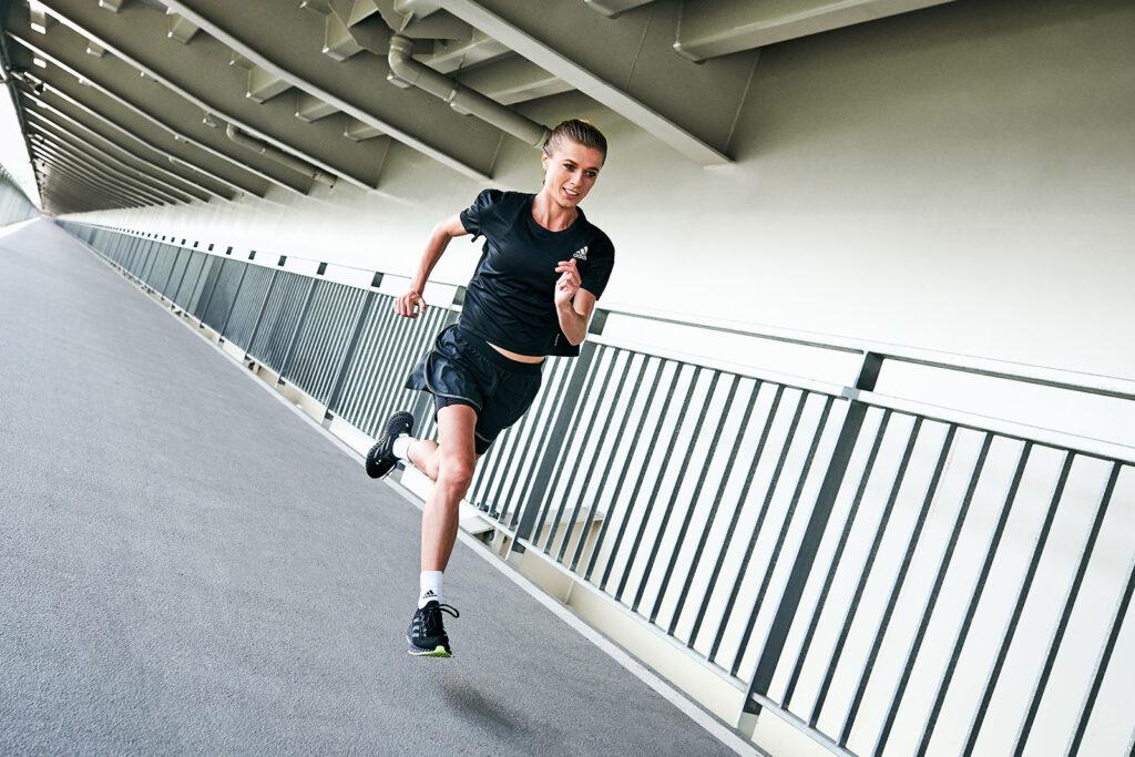 Wzmocnienie mięśni wpłynie pozytywnie na technikę naszego biegu. (na zdj. buty adidas 4DFWD)