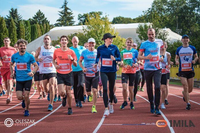 1MILA to również: Lekka Piątka (5km), 1 Mila (1609m - w randze Amatorskich Mistrzostw Poznania w biegu na milę), Sztafety 4x400m oraz bezpłatne Kinder Joy of moving Biegi Dzieci (100m, 400m i 800m).